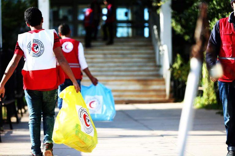 فريق الإغاثة  يوزع 500 حصة لمستلزمات الطفل .