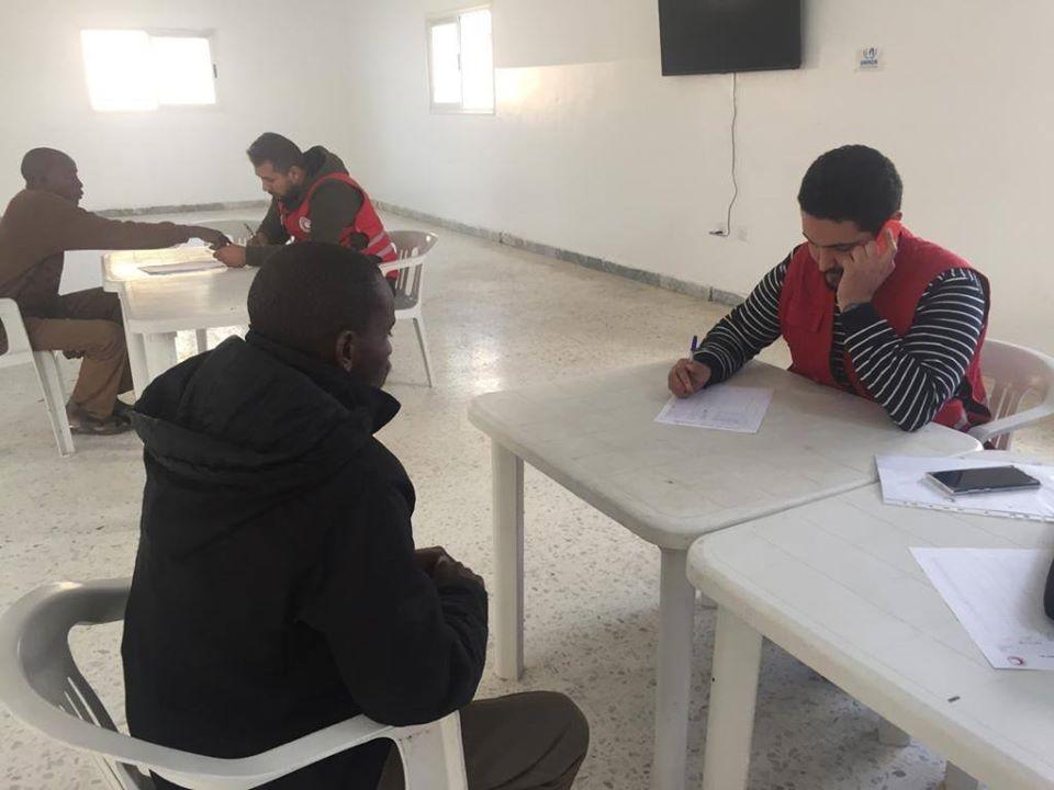 مساعدة في اجراء مكالمات هاتفيه لمركز الاحتجاز بنغازي