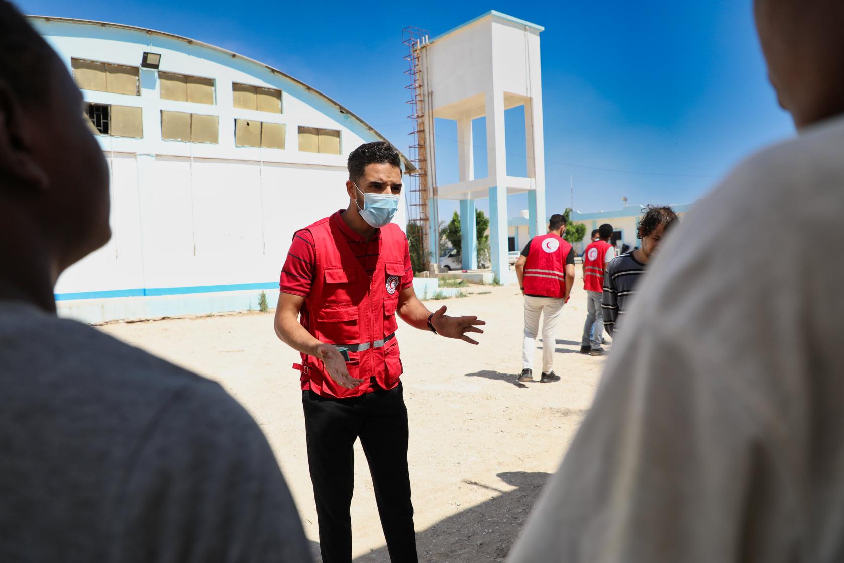 زيارة توعوية لمركز الهجرة غير الشرعية بتنسيق قسم الصحة والحماية (للتوعية وباء الكبدي
