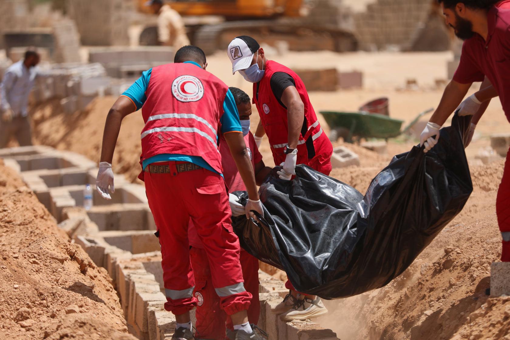فريق الطوارئ بالهلال الأحمر الليبي بنغازي بدفن ثمانية جثامين مجهولة